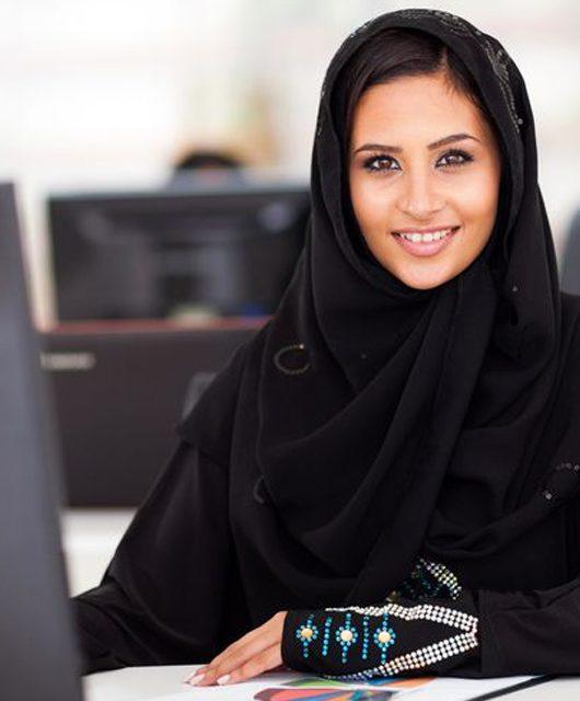 melan-picture-muslim-woman-at-desk